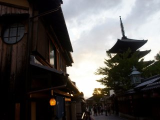 Kota Tua Kyoto yang dipenuhi dengan bangunan-bangunan budaya dan bersejarah. Salah satunya Yasaka Pagoda di sebelah kanan.