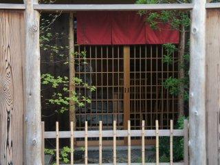 Mengintip halaman depan sebuah toko dengan bangunan otentik Jepang