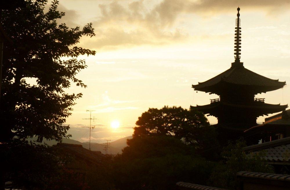 Sunset di musim panas terlihat lebih berwarna.