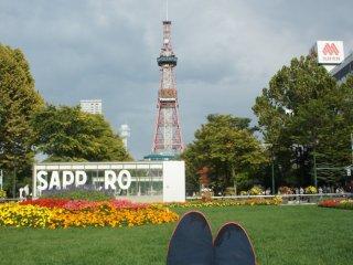 Duduk santai dengan pemandangan TV Tower Sapporo