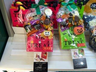 Кроме конфет, в такой набор за 540 иен входит еще и забавная игрушка