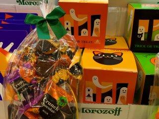Интересное и в то же время жутковатое решение - сладости в голове черной кошки