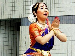 В классическом индийском танце очень важны мимика и движения рук