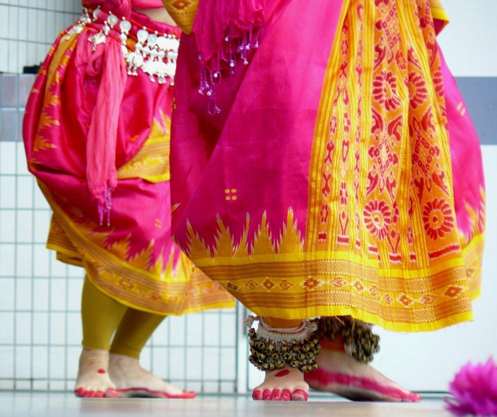 Ноги танцовщиц привлекают внимание не меньше рук