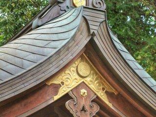 Chi tiết trên mái nhà với trang trí bằng vàng tuyệt đẹp