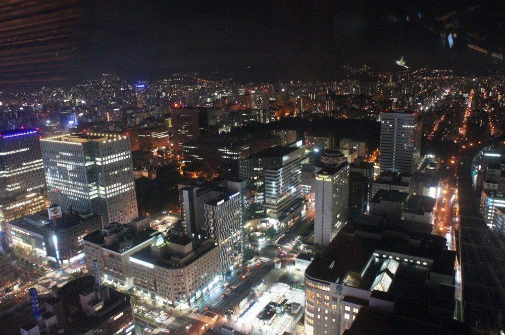 Gedung-gedung perkantoran dan pusat bisnis lainnya di seberang Stasiun JR Sapporo.