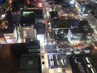 Malam-malam sambil mengamati laju lalu lintas di pusat kota Sapporo.