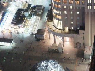 Sebuah bangunan bergaya a la Louvre di pelataran Stasiun JR Sapporo, menyala di kala malam.