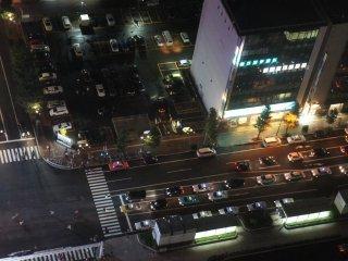Mobil-mobil di sini berbaris rapi saat lampu merah.