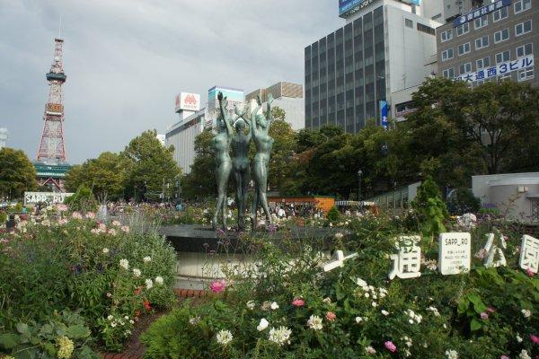 Taman Odori yang dipenuhi bunga, asri, dan artistik.