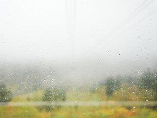 Di luar gerimis dan kabut menerjang