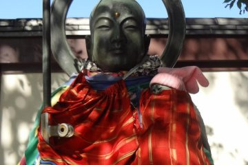 Strolling the temple grounds, you will find a variety of impressive Buddhist statues.