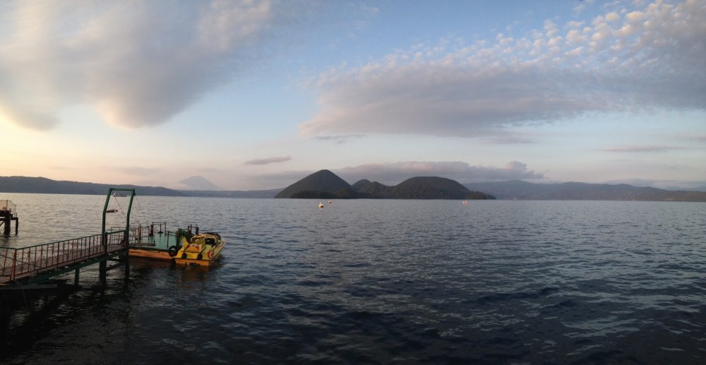 Menanti senja di Danau Toya