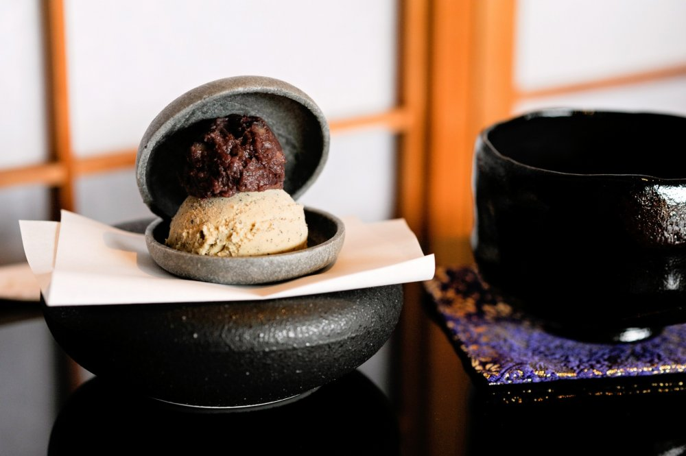 Monaka with sweet beans and roasted tea ice cream