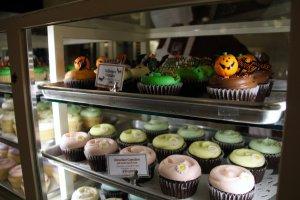 Des cupcakes avec de mignons ornements.