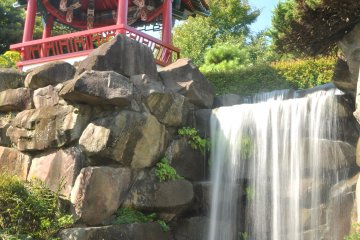<p>In the Chinese garden, one can sense the sharp change in architectural style and garden setting&nbsp;</p>