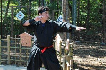 <p>How to throw a shuriken</p>