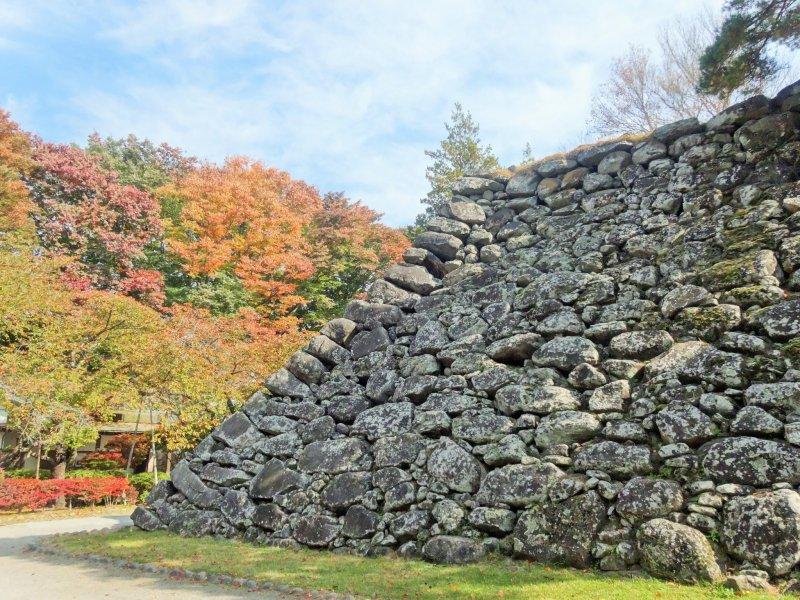 <p>Старая тенсю (база крепости главного замка) - это все, что осталось от старых фортификационных сооружений</p>