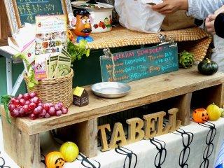 Фургончик с блюдами из коричневого риса и овощей