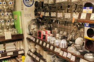 Perlengkapan membuat kue berada di bagian belakang toko