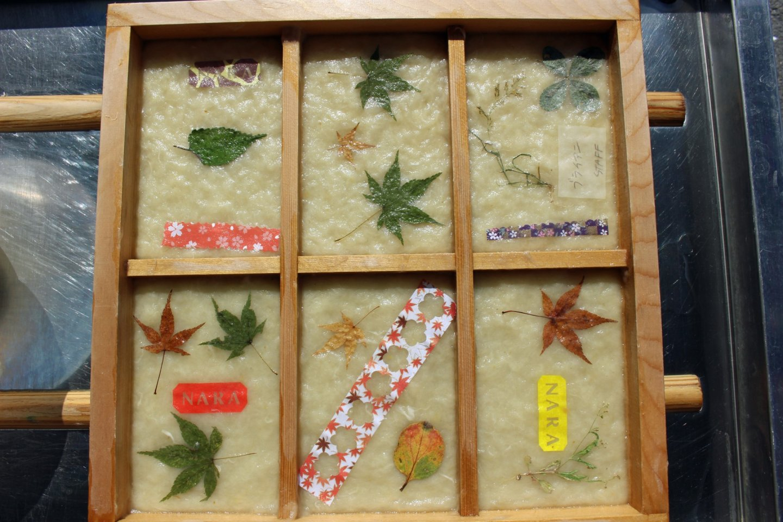 Kartu pos buatan tangan dengan bahan kertas washi merupakan suvenir cantik yang sangat personal