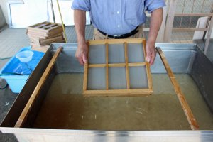 Cetakan keta dan saringan sudaer digunakan untuk membuat kartu pos