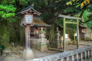 Ngôi đền nhỏ Sugahara nằm ở giữa đoạn đường đi lên đền Utsunomiya Futaarayama