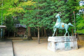 <p>A horse statue in the yard</p>