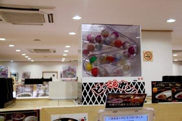 <p>Every table has a toy vending machine. Gacha Gacha!</p>