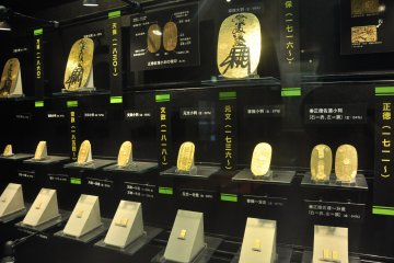<p>Gold plates or gold coins made in the past</p>