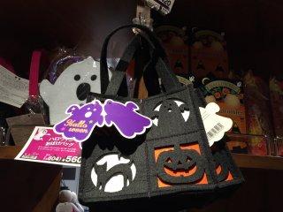 А вот эта сумочка для сладостей красивая, хоть и черная