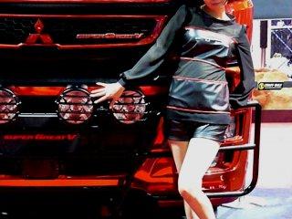 Грузовик FUSO Mitsubishi и симпатичная модель-японочка