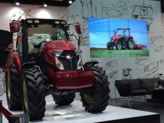 Трактор привлекает много внимания!
