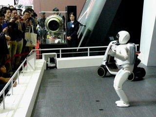 Робот ASIMO компании Honda приветстсвует посетителей