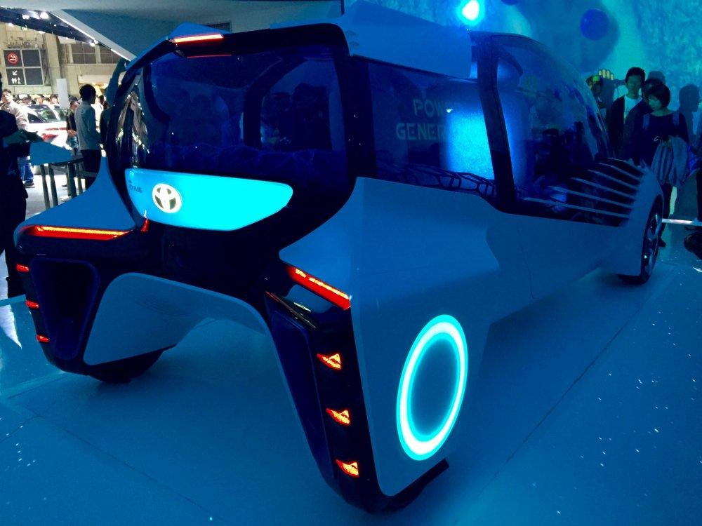 Этот консепт-кар FCV Plusпохож на космический корабль. Он может выступать в качестве мобильного источника энергии