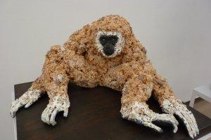 Gibbon à main blanche, sculpture en copeaux de bois.