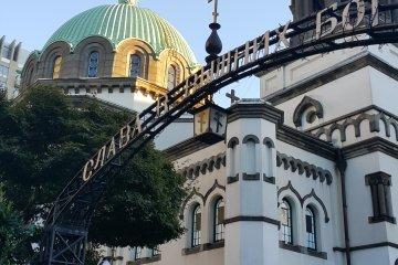 <p>한낮의 햇살에 빛나는 돔. 도쿄에서 쉬 볼 수 없는 러시아 양식이 가미된 건물이다.&nbsp;</p>