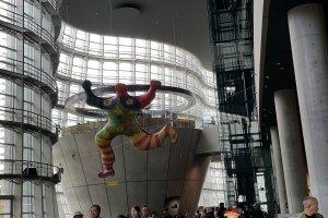프랑스의 미술가 니키 드 상팔의 디자인 공모전에서 선발된 작품이 거대한 벌룬으로 걸려 있다.