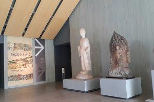 전시실 입구 로비에는 불교 석상들이 죽 전시되어 있다.