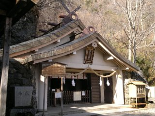 Okusha, the last and the highest shrine of Togakushi Jinja Shrine whichworships the deity who threw the stone door and lured the Goddess of Sun away from her hideout. The shrine itself is surprisingly small, nevertheless it attracts many visitors who enjoy the fantastic scenery on the verge of Mt. Togakushi'ssteep mountainside.
