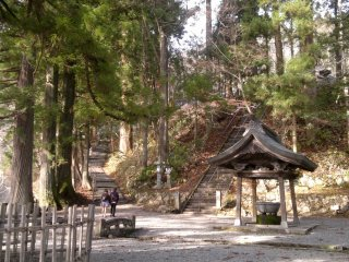 Both the pavement and stone stairs will bring you to the main hall of Chusha Shrine.