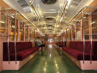 Внутри вагона метро образца 80-х годов. Такие вагоны сейчас эксплуатируются в Буэнос-Айресе