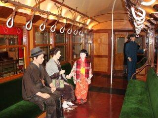 Внутри одного из первых вагонов токийского метро.