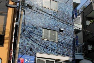 <p>這個可愛的藍色建築物就是「真人密室逃脫遊戲」的場所!</p>
