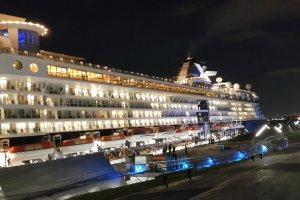 요코하마 항 오산바시 부두에 입항한 국제 여객선.