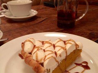 Тыквенный пирог с большим слоем сливок и карамелью