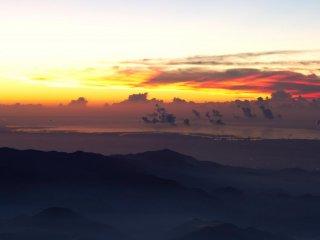 فقط قبل شروق الشمس: تشكل علامة مضحكة من الغيوم على خليج طوكيو.