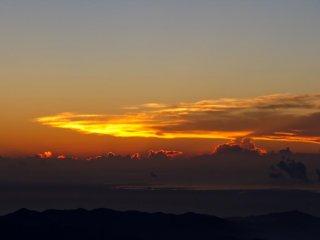 شروق الشمس جداً يختلف عن السنة الماضية: الغيوم بدأت تتوهج قبل أن تبدأ الشمس بالظهور كلياً.