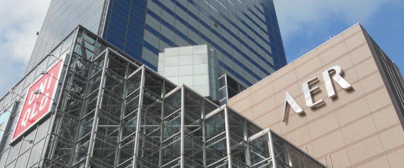 Frente do Edifício AER junto à estação de Sendai