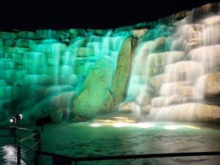 昇竜の滝もライトアップされる